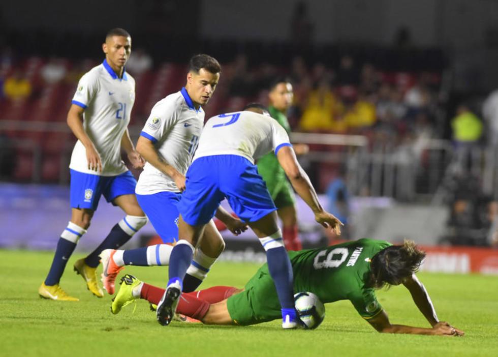 Marcelo Martins es derribado por sus rivales.