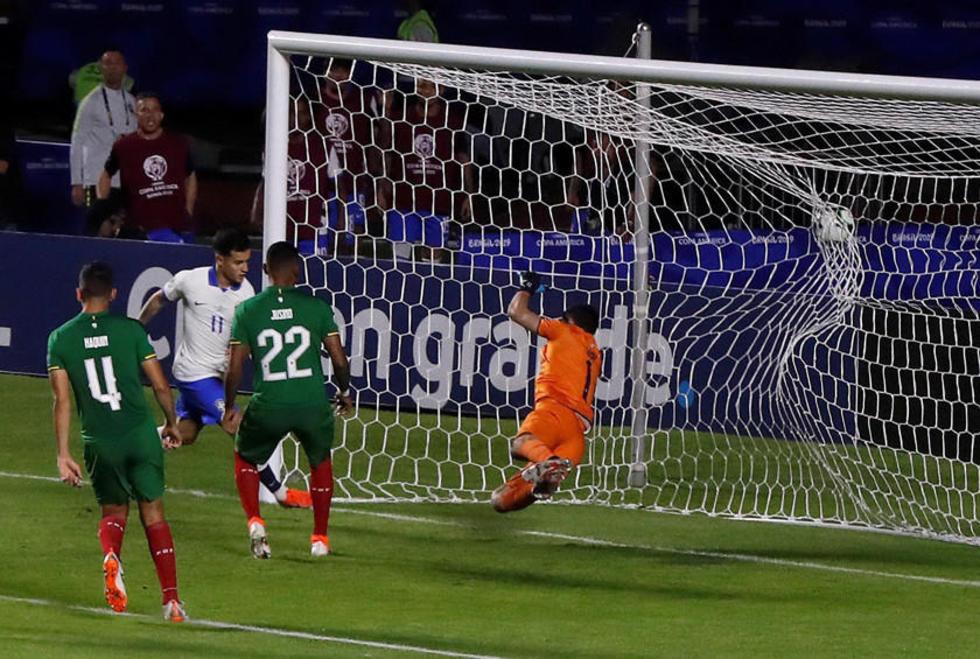 Philippe Countinho (2-i) anota un gol en el partido inaugural en Brasil.