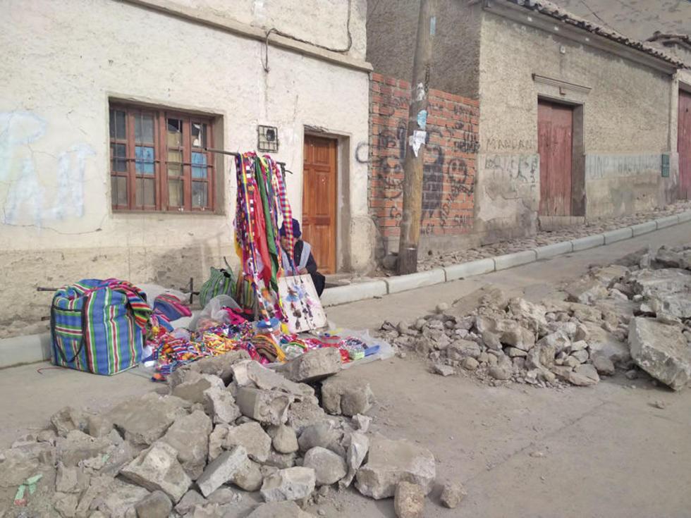 Una vendedora en medios de los escombros.