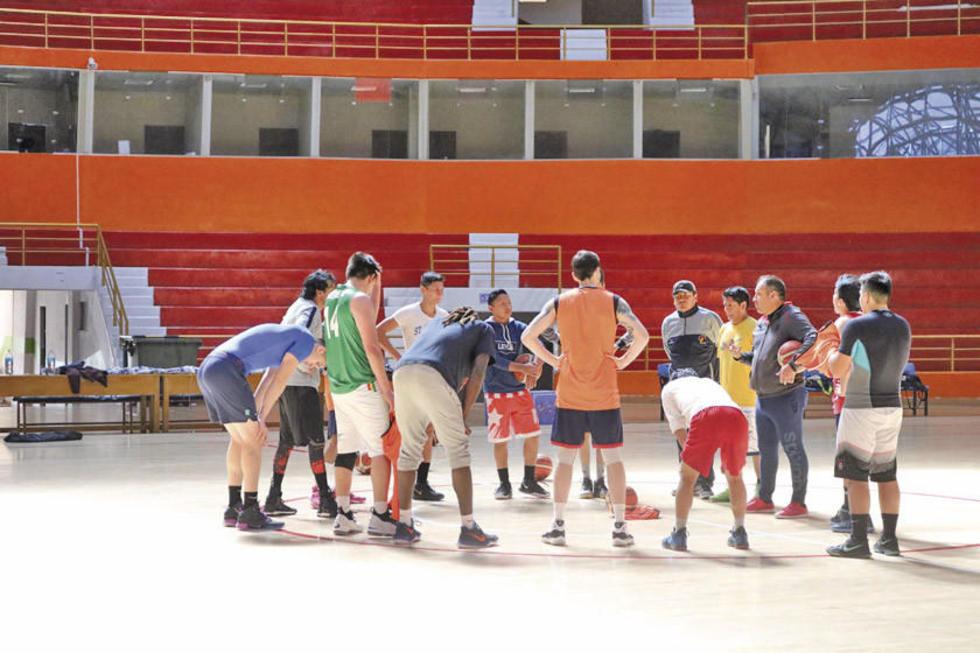 El técnico Sandro Patiño conversa con sus jugadores.