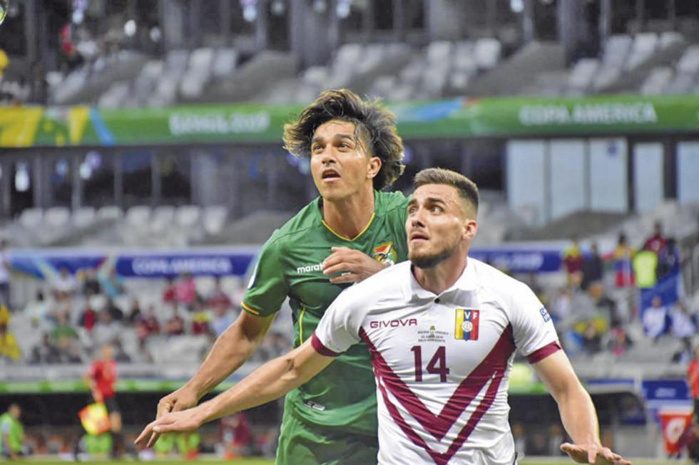 Marcelo Martins pelea por el balón con Luis del Pino Mago.