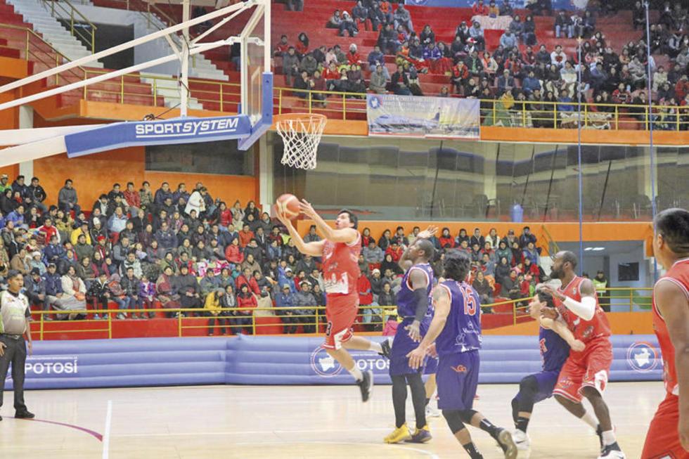 Rene Calvo, de Pichincha, encesta la pelota.