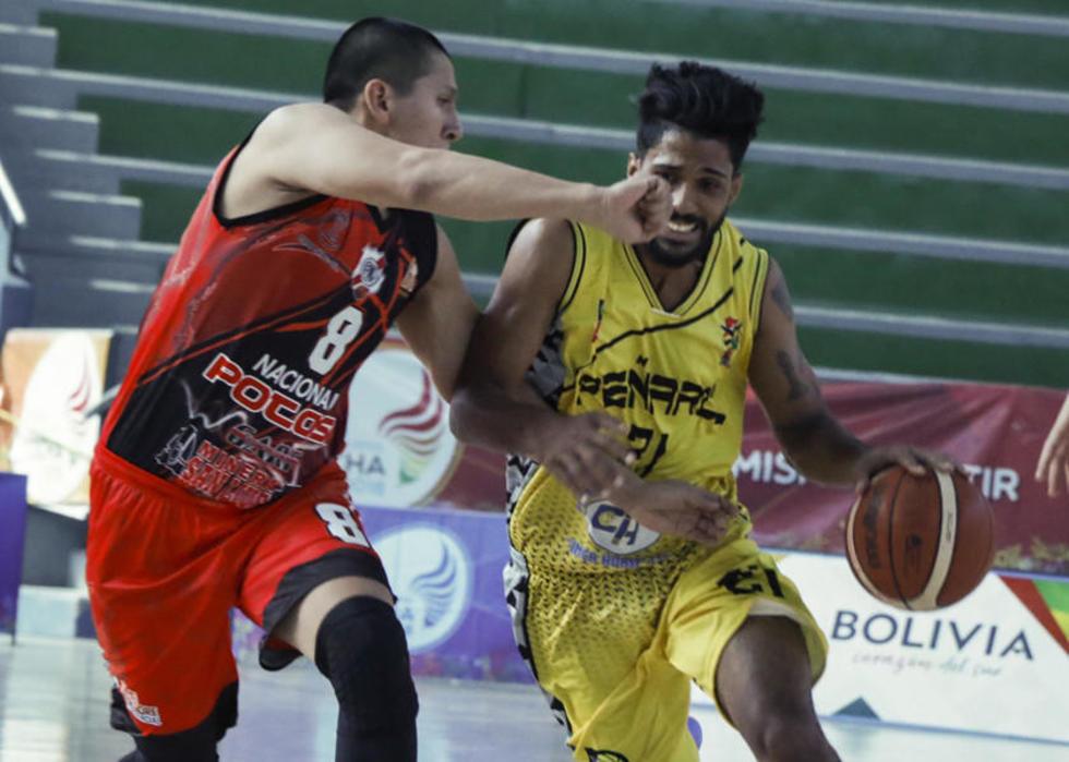 Gabriel Ramos y Alejandro Álvarez se enfrentan por el esférico.