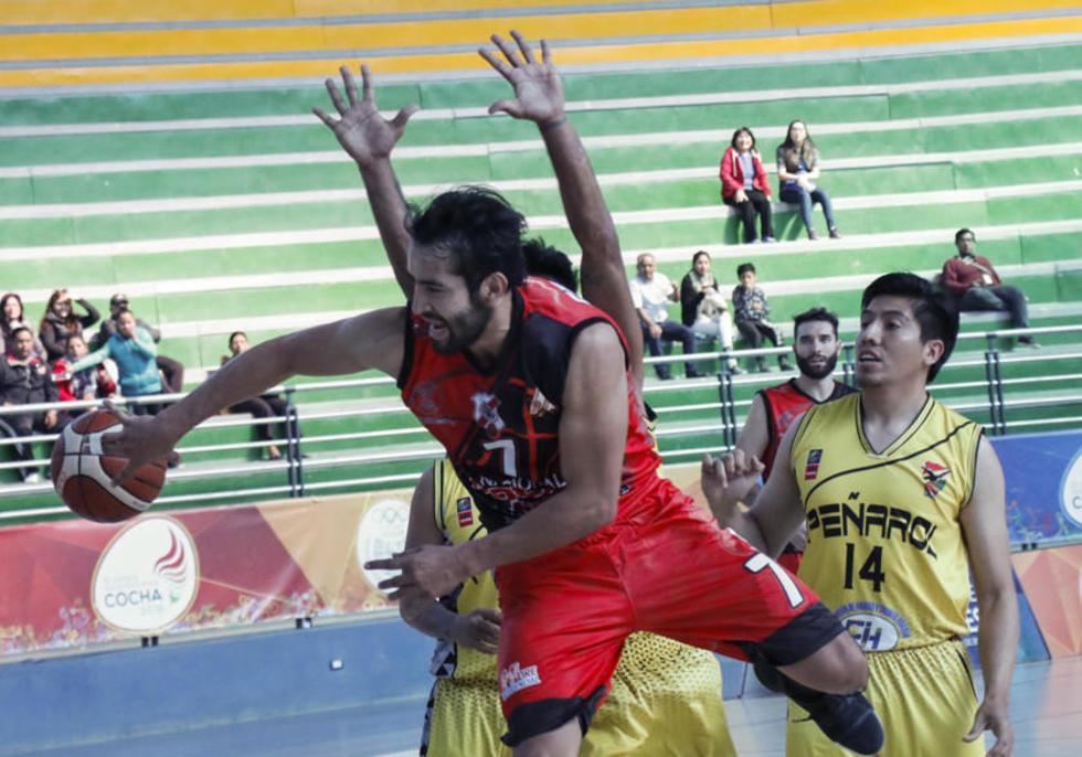 Cristian Camargo cuida el balón.