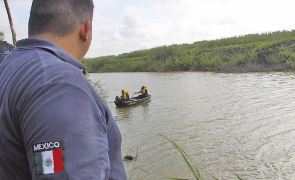 Un rescatista de la Protección Civil mexicana trabaja en la zona donde fueron hallados los cuerpos sin vida de un presun