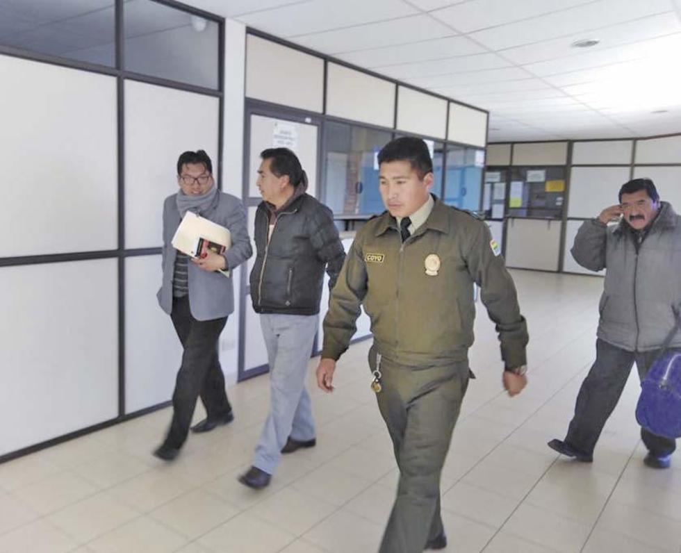 El empresario y exalcalde de Oruro (C) fue llevado a la cárcel de Cantumarca.