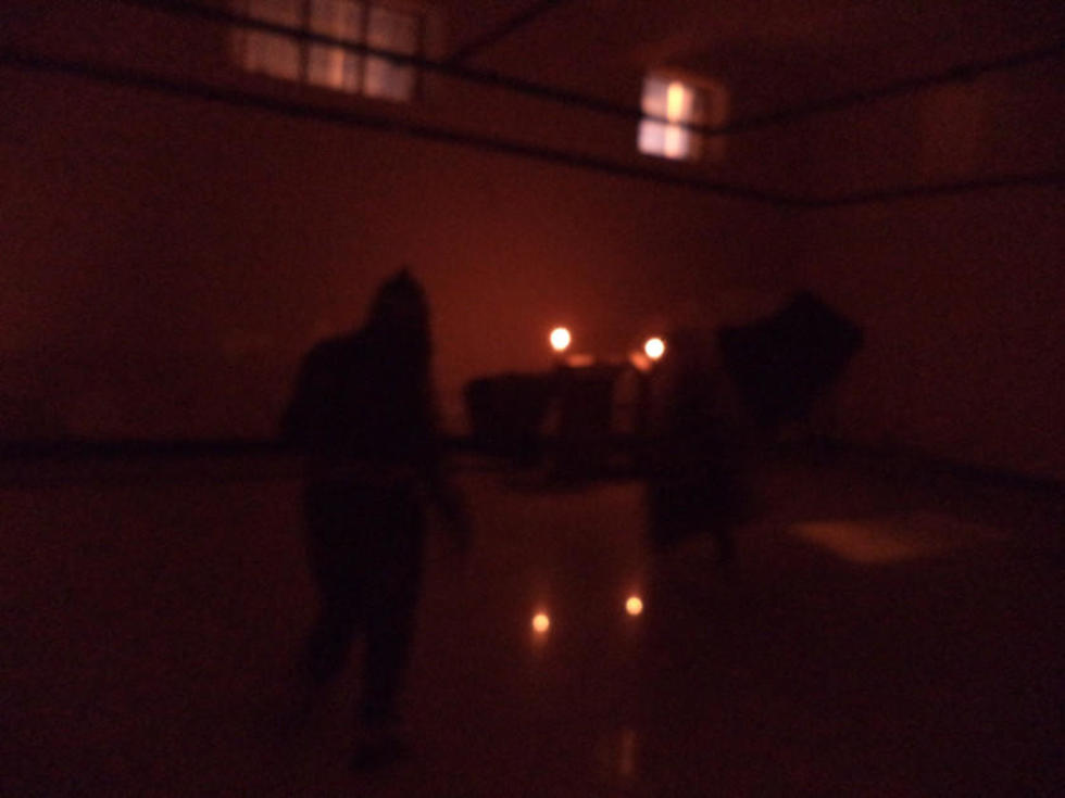 En la oscuridad, solo siluetas fantasmales eran visibles.