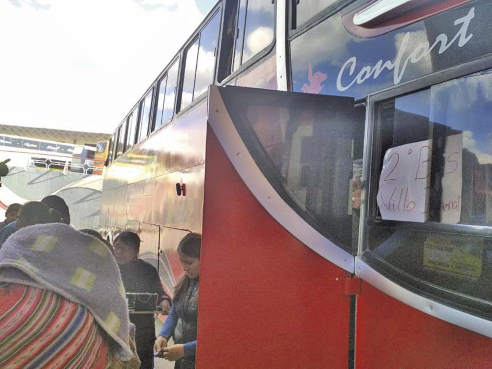 Los pasajeros abordan al segundo bus habilitado para viajar.