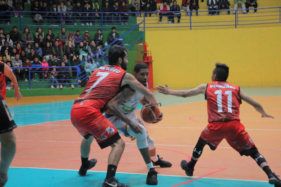 Cristian Camargo trata de detener a su rival.
