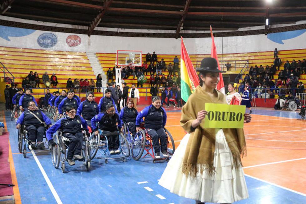 La selección de Oruro desfila durante la inauguración del torneo.