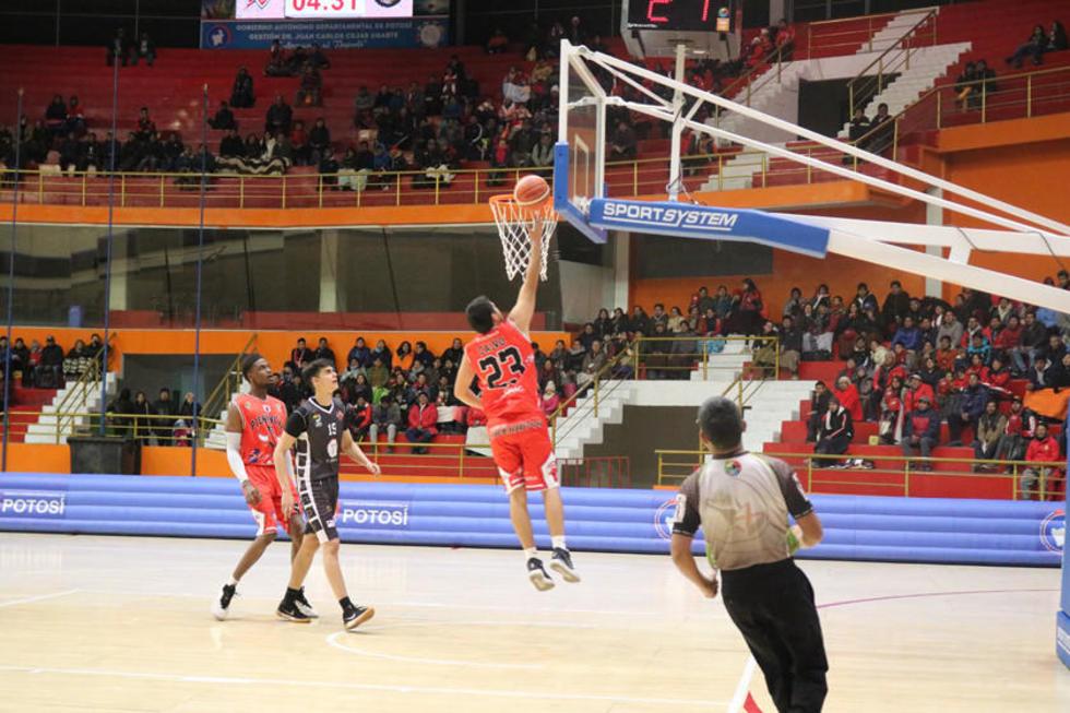 Rene Calvo, de Pichincha, encesta la pelota ante la mirada de sus rival.