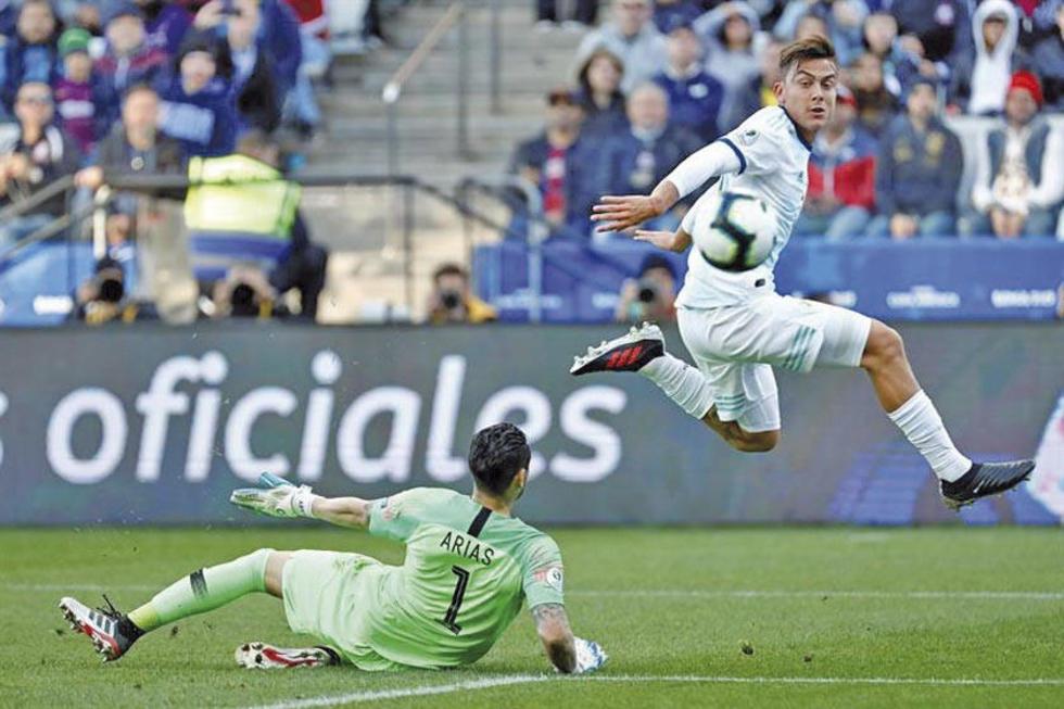 El jugador de Argentina, Paulo Dybala, anota su gol.