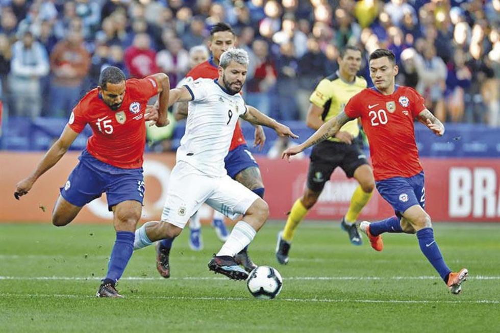 Sergio Agüero, de Argentina, controla el balón ante la marca de sus rivales.