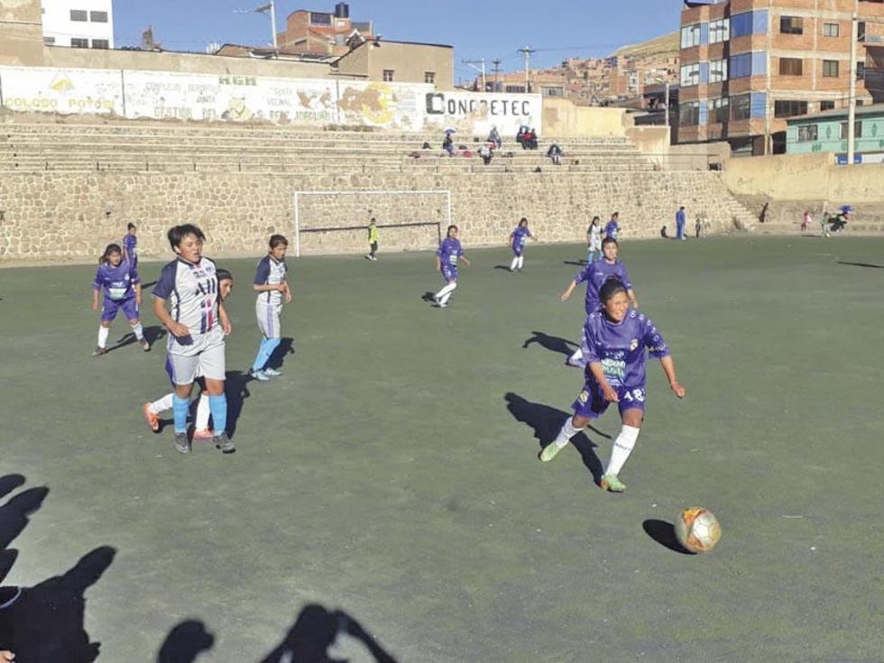 La jugadora de Real, María Salinas, controla el balón.