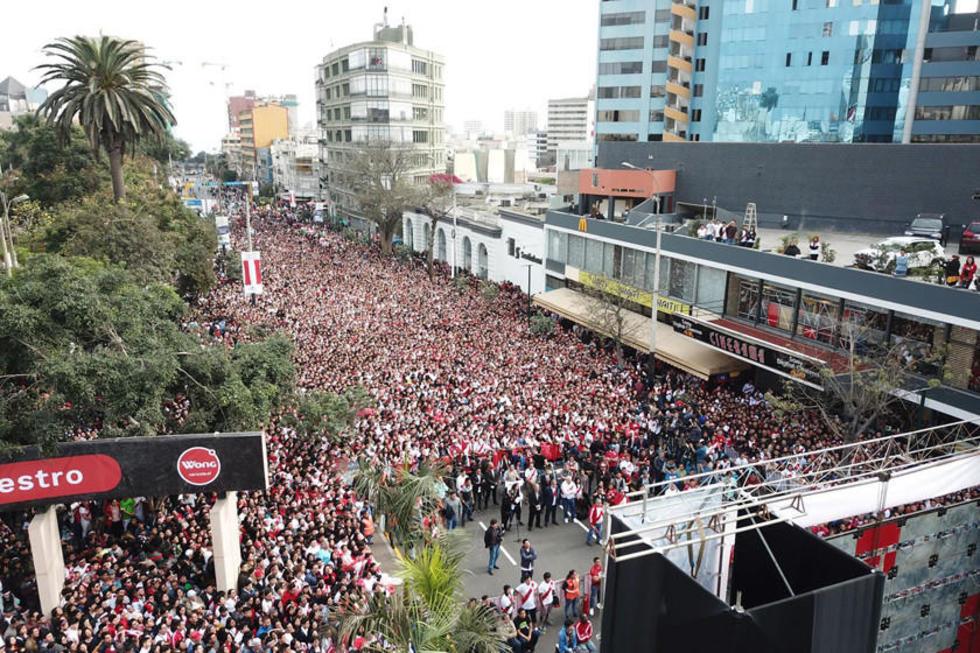 Miles de hinchas peruanos se reunieron ayer en el parque central de Miraflores, en Lima.