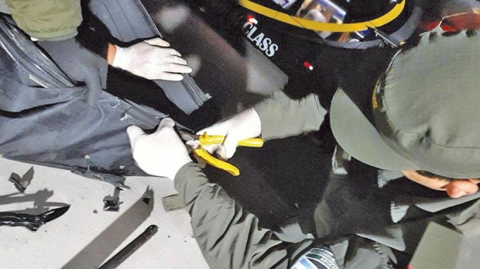 Cae familia boliviana con droga oculta en sus maletas