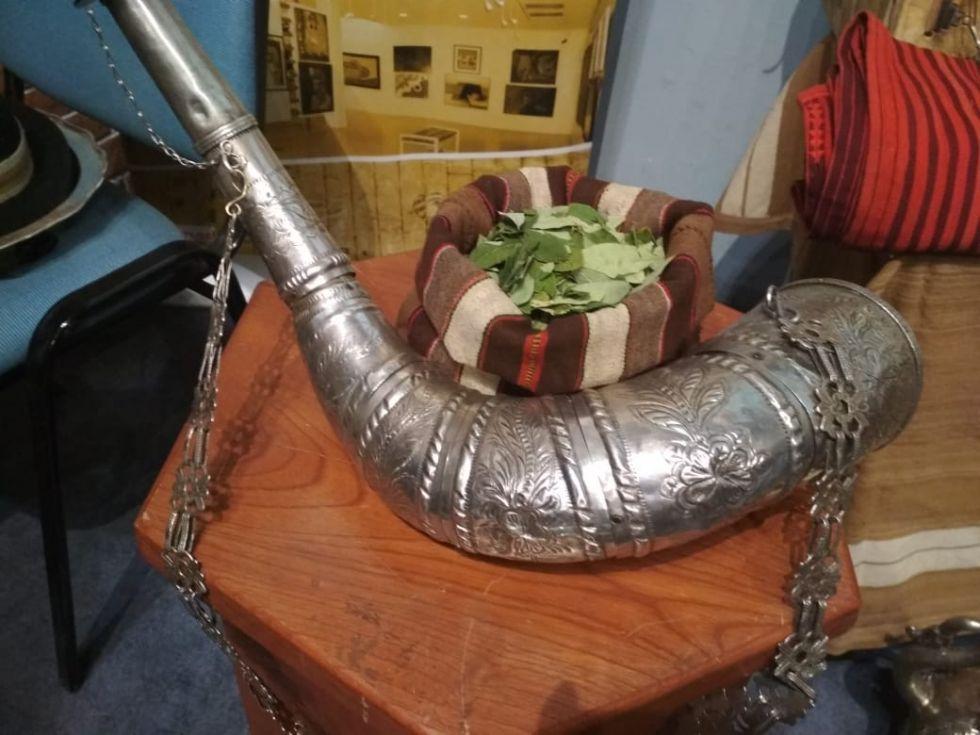 Los elementos característicos de la danza nacional hechos con plata.