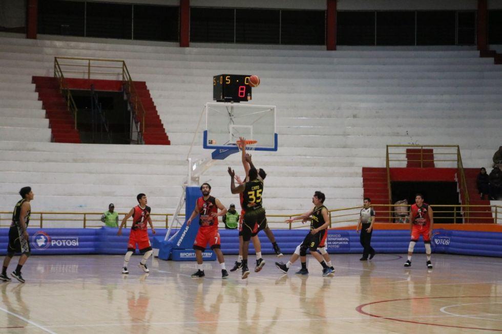 Escenas del partido disputado en Potosí.