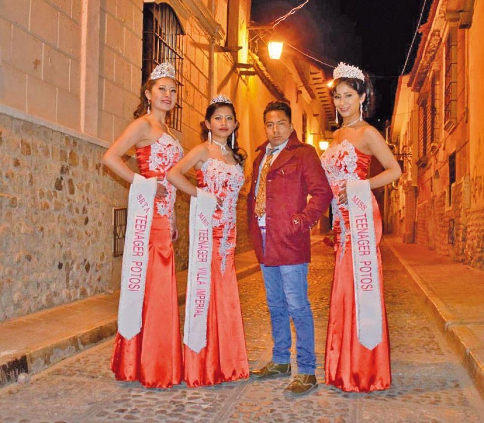 Las tres representantes con Eyram Estrada.