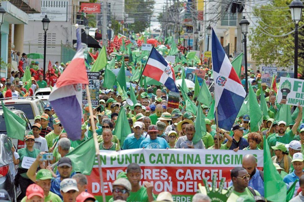 Cientos de dominicanos marchan contra la reelección de Medina