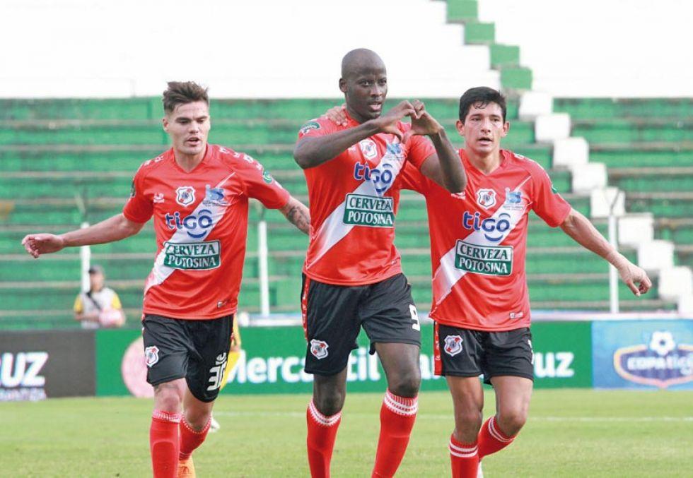 De izq. a der. Bruno Pascua, Yony Angulo y Edson Pérez festejan el primer gol.