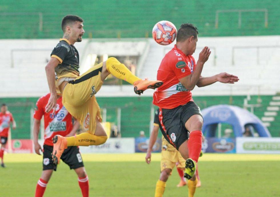 Daniel Mancilla (d) se enfrenta a un rival por el balón.