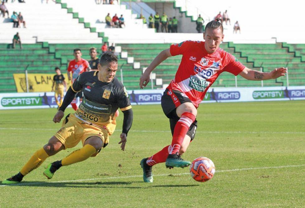Walter Rioja se lleva el esférico ante la presión de un rival.