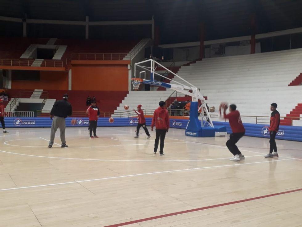Equipos se preparan para el partido.