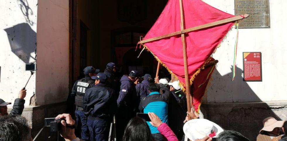 La protesta motivó el cierre temporal del edificio de la Alcaldía.