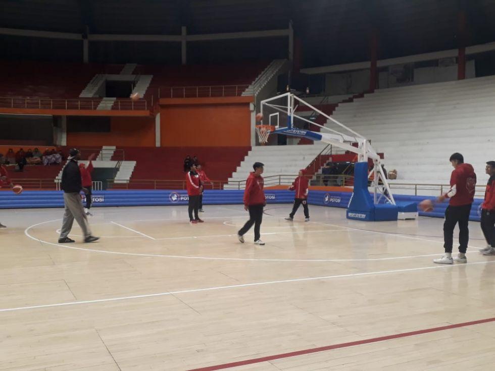 Equipos calientan para el partido Pichincha -  Carl A-Z