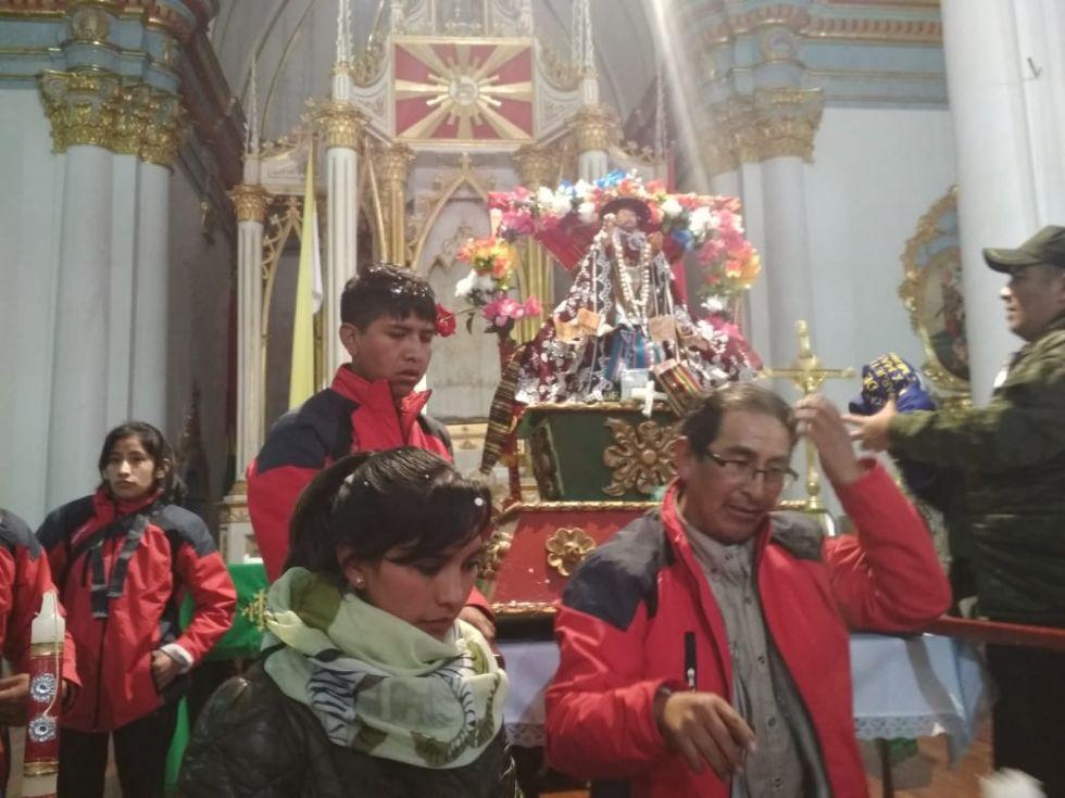 Mucha gente acude a la catedral, aún de noche.