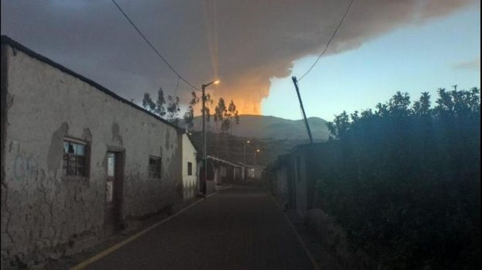 Comunidades de Bolivia piden ayuda tras caerles ceniza de un volcán de Perú