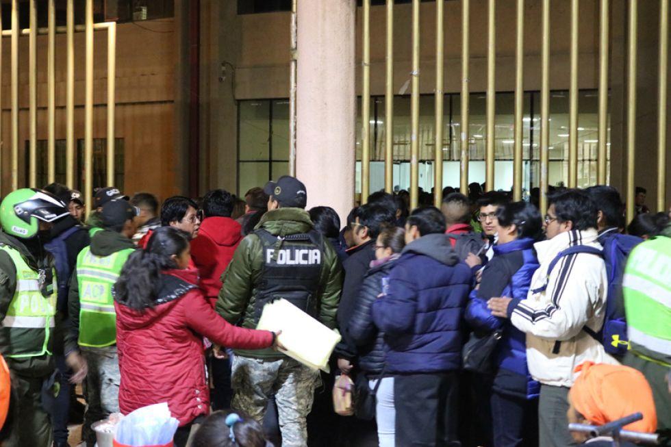 Largas filas se registraron minutos antes del cotejo.