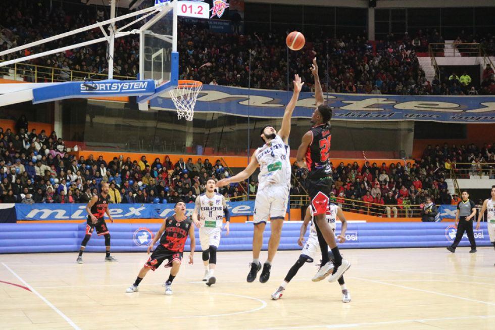 Raúl Salvatierra y Booyi Muusa se enfrentan en el aire.