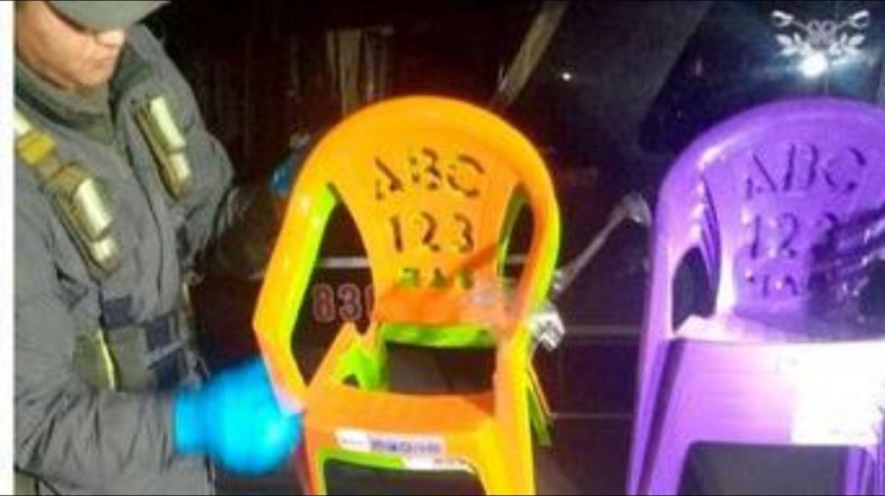 Bolivianos traficaban droga oculta en sillas plásticas para niños