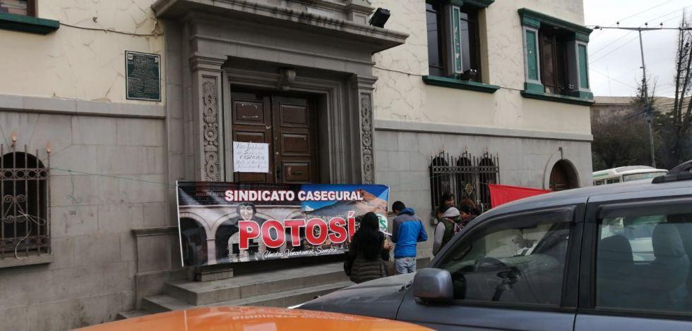 Administrativos de la CNS cumplen huelga indefinida