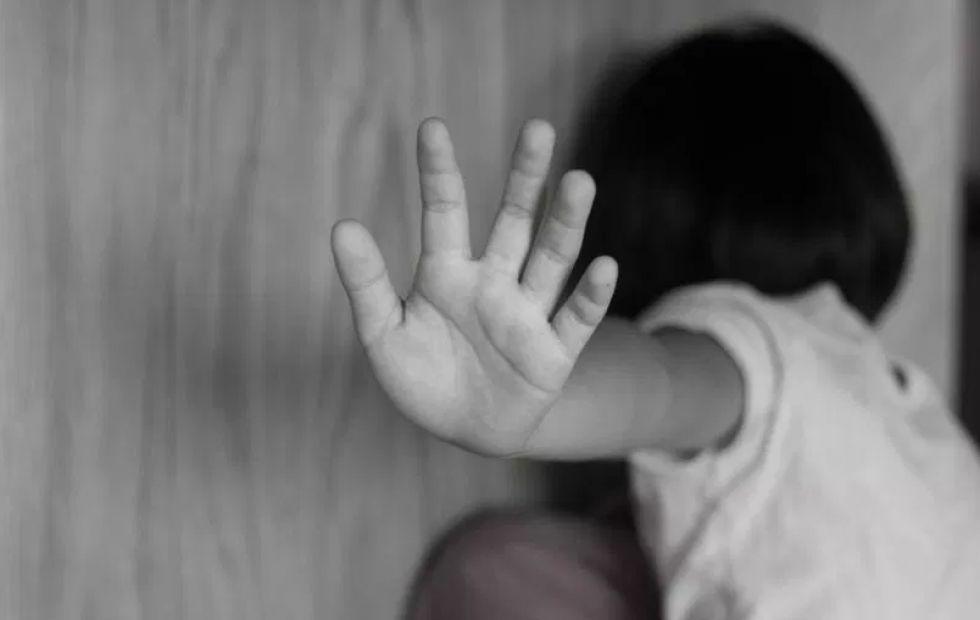 Niña víctima de violación fue abandonada en una jardinera