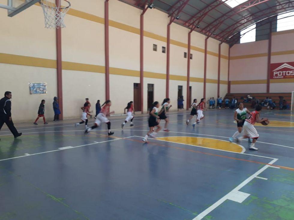 La disciplina de básquet cumple su jornada de partidos con normalidad en el Coliseo