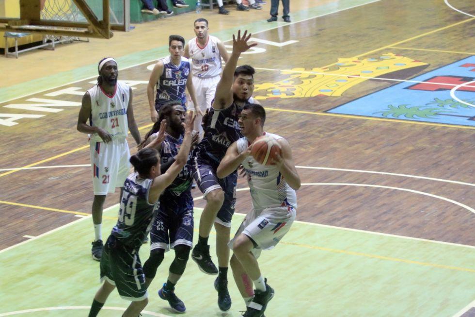 Escenas del partido disputado en Santa Cruz.