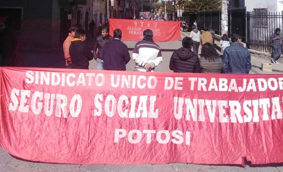 Los docentes universitarios cerraron las vías próximas al edificio central de la Tomás Frías.