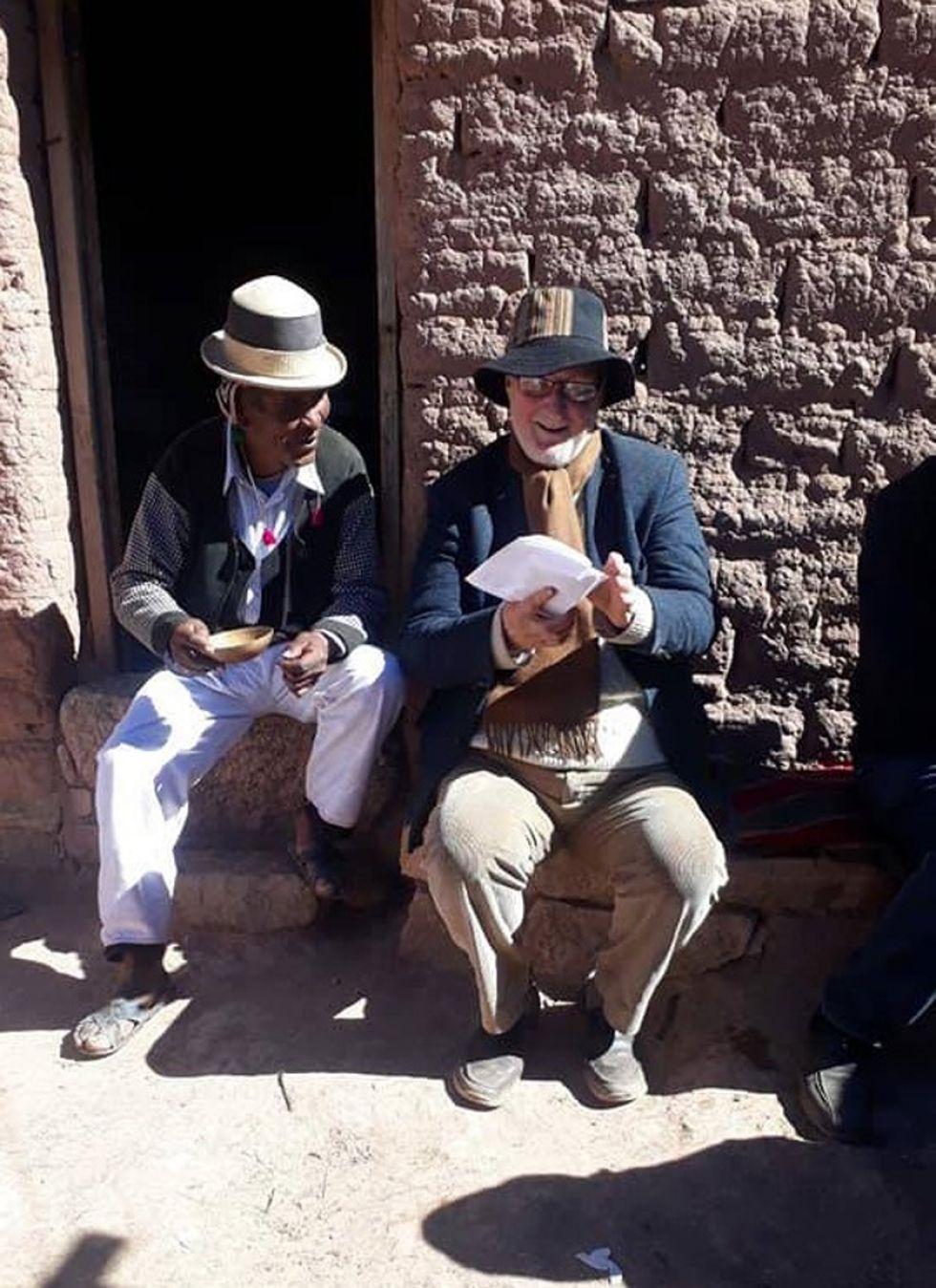 Simón, descendiente del curaca Agustín Carvajal, invita chicha ritual a Platt.