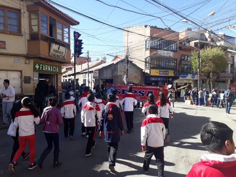 Los estudiantes caminaron por la ciudad.