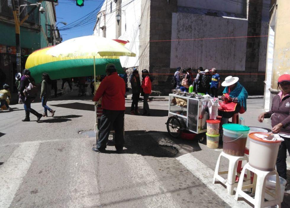Un bloqueo en la calle Bolívar donde los comerciantes desarrollan su labor sin ningún problema.