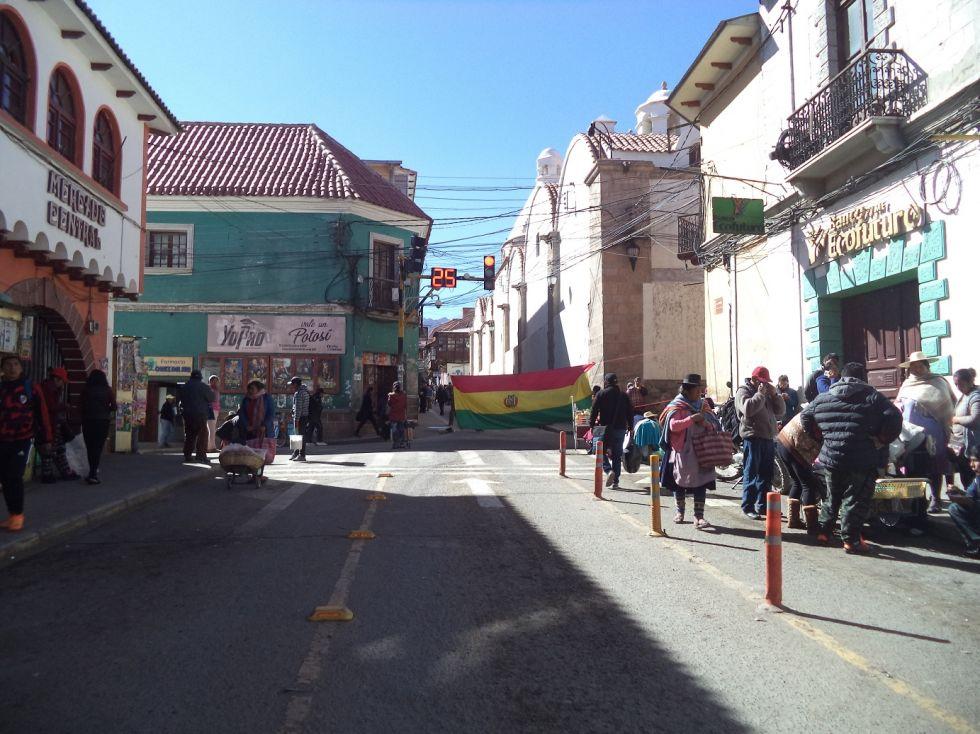 Una bandera boliviana bloquea la calle Bolívar esquina Bustillos.