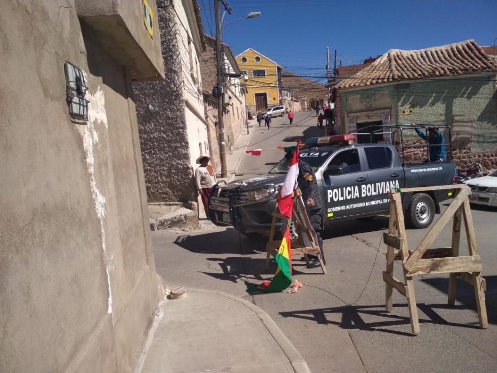 Bloqueadores dejan pasar a policías