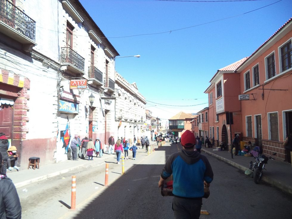 Decenas de personas caminan por la calle Bolívar.