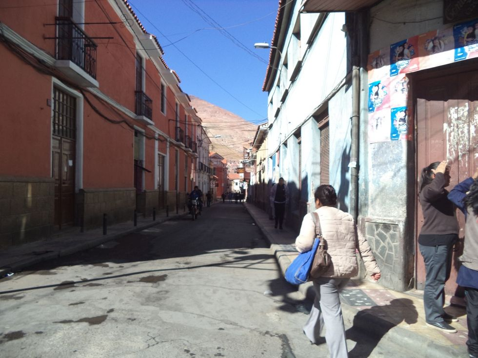 La calle Oruro tiene comercios cerrados.