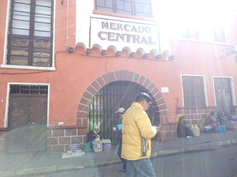 La otra puerta del Mercado Central está cerrada.