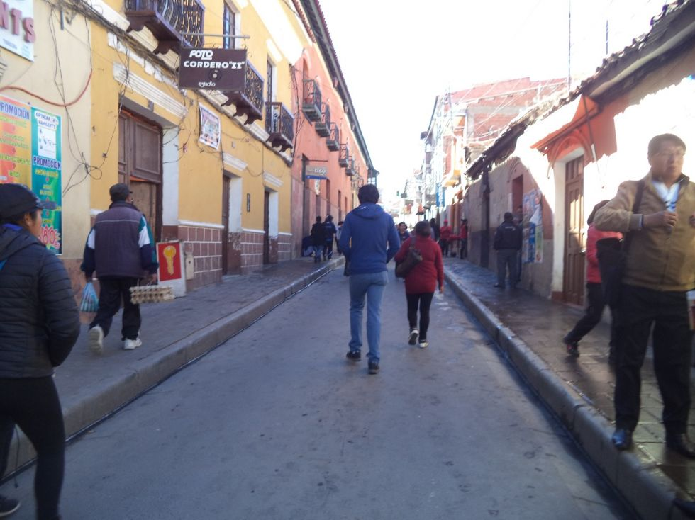 Personas caminan por la calle Bolívar.