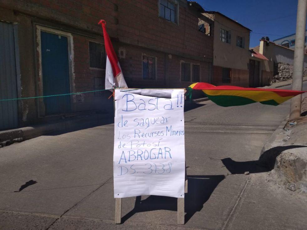 Una pancarta en la zona de San Benito.